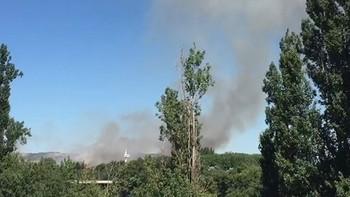 Un incendio cerca del cementerio de El Carmen provoca una intensa columna de humo visible desde varios puntos de la ciudad