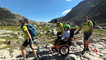 Una joven con discapacidad intelectual y motora sube a la Laguna Grande de Gredos gracias a una silla adaptada