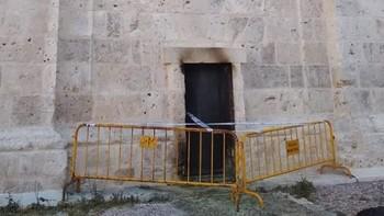 Prenden fuego a una de las puertas de la Catedral de Valladolid
