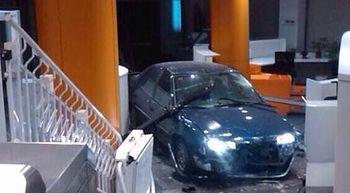 Detenido un hombre tras empotrar un coche contra la sede nacional del PP