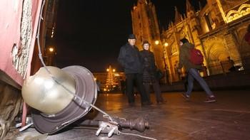 Cae una farola de una fachada frente a la catedral de León sin causar heridos a pesar de la numerosa presencia de viandantes