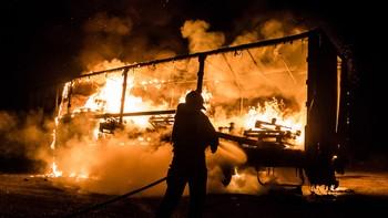 El fuego calcina un camión de transporte en la N-630 a la altura de Ardón, León