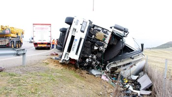 Herido grave el conductor de un camión que volcó en la rotonda de La Cistérniga, Valladolid, en la VA-30