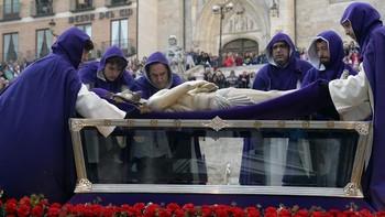 La procesión magna del Santo Entierro silencia durante horas Burgos tomada por miles de visitantes