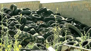 Castellanos de Villiquera alerta del peligro de un cementerio de neumáticos sin vigilancia