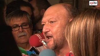 Los cr�ticos exigen a S�nchez desde las puertas de Ferraz que cumpla la ley y disuelva la Ejecutiva