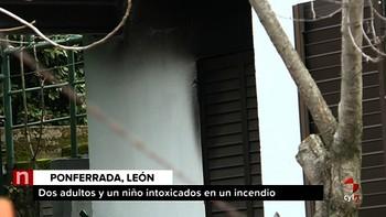 Tres intoxicados por humo en el incendio de una vivienda en Ponferrada