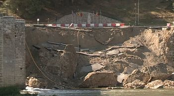 El muro de contenci�n del puente medieval de Cabez�n de Pisuerga se derrumba completamente