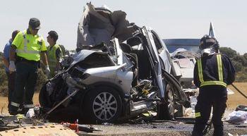 Tres muertos y al menos 15 heridos en cinco accidentes en Castilla y Le�n