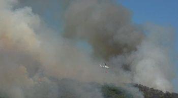 Numerosos medios trabajan en la extinci�n del incendio en San Andr�s de Montejos, Le�n