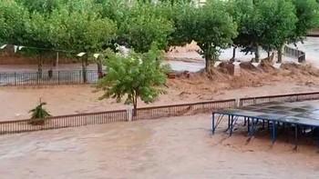 El río Jalón arrastra coches e inunda locales al desbordarse en Santa María de Huerta, Soria