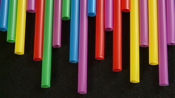 Bruselas propone prohibir los platos, cubiertos, bastoncillos y pajitas para beber de plástico