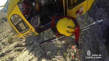 Protección Civil evacúa a un montañero enriscado en el Pico Almanzor