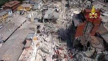 Italia busca vida entre los escombros tras el terremoto