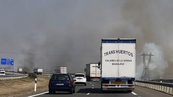 Varias dotaciones de bomberos trabajan en un incendio declarado en Salamanca