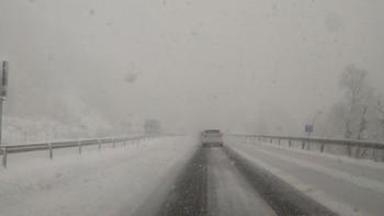 La nieve cierra una decena de puertos y carreteras, obliga a embolsar camiones en la A-6 y A-67 y a utilizar cadenas en 17 tramos viales