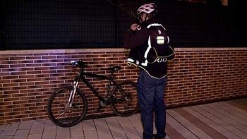 El chaleco que ilumina a los ciclistas