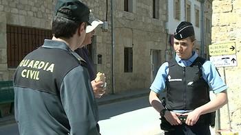 La Guardia Civil y agentes de la Gendarmería francesa colaboran en la vigilancia del Camino de Santiago