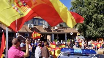 Dos concentraciones a la misma hora en Ávila en favor del diálogo y en apoyo a las fuerzas de seguridad