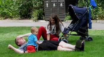 Permiso de 4 meses adicional y retribuido para que padres y madres cuiden de sus hijos