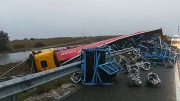 Tres personas heridas en el accidente de un camión y un turismo en la A-66 dentro del término de Guijuelo, Salamanca