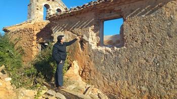 Roban piedras de sillería y las rejas de forja de la iglesia de Valdegrulla, Soria