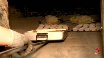 El pueblo de Cerbón, Soria, vuelve a poner en marcha su horno comunal