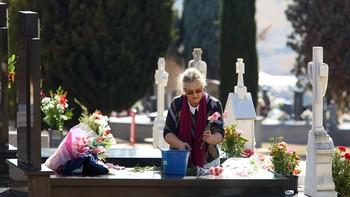 Miles de personas recuerdan a sus seres queridos con su visita a los cementerios de Castilla y León