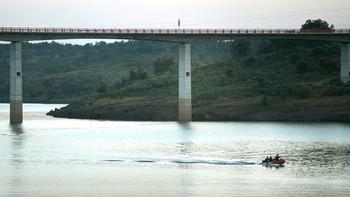 Buscan a un hombre que cayó al agua en la presa de Irueña (Salamanca) cuando su hijo grababa con el teléfono
