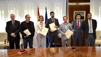 Ministerio de Industria y sindicatos firman un convenio para paliar los efectos del cierre Vestas en Villadangos