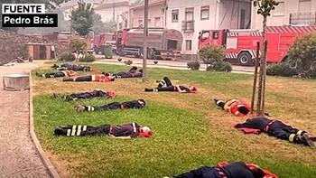 La imagen heroica de los bomberos contrasta con las primeras críticas al gobierno de Portugal