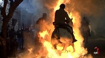 Las luminarias de San Bartolomé purifican a los caballos en vísperas de San Antón
