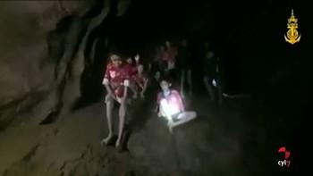 Localizan a los 12 niños y a su monitor atrapados desde hace diez días en una cueva en Tailandia