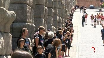 Más de mil personas 'abrazan' al Acueducto de Segovia para celebrar 25 años sin tráfico