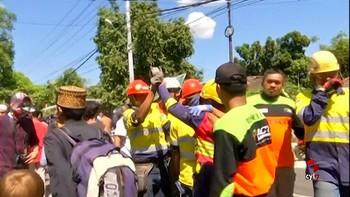 Los servicios de emergencia rescatan de entre los escombros a una superviviente del terremoto de Lombok