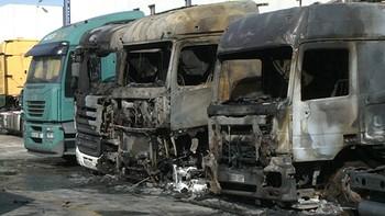 Un incendio afecta a 8 camiones, incluido uno de Bomberos, y un autobús en el polígono de Gamonal