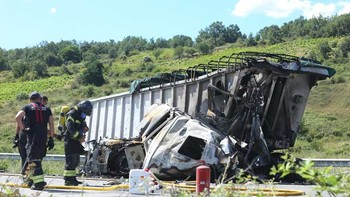 Dos heridos en la colisión de dos camiones en la A-6 a la altura de Almázcara, León