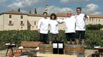 Juan Mari Arzak y Andoni Aduriz pisan las uvas de la bodega Abad�a Retuerta