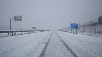 La nieve mantiene cortadas cinco carreteras e impone las cadenas en otras ocho vías