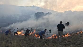 Medios aéreos y terrestres trabajan en la extinción de dos fuegos en La Colilla, Ávila y Palacios de la Valduerna, León