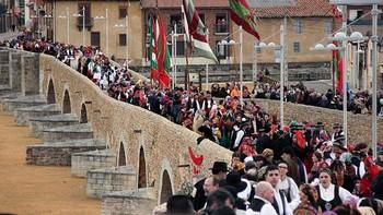 Las jotas de bailadores leoneses y zamoranos llenan de folclore y tradición el puente de Hospital de Órbigo