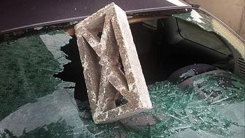 Destrozan la luna trasera del coche de un enfermero en Sacramenia