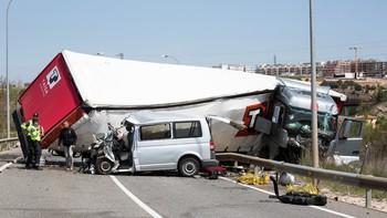 Fallecen tres personas tras colisionar una furgoneta y un camión en la ronda de Soria