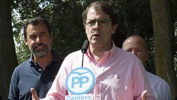 Fernández Mañueco tilda de 'incompetente' al Gobierno y expresa su preocupación por el cierre de las térmicas de León y Palencia