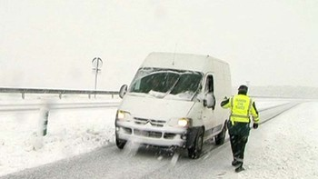 La situación de las carreteras mejora aunque la nieve impide circular en cuatro puertos de Burgos y Salamanca