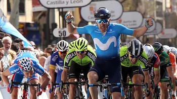 El burgalés Carlos Barbero exhibe músculo y vence al sprint en la primera etapa de la Vuelta a Castilla y León en Salamanca