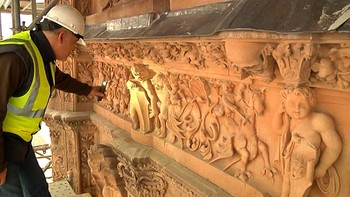 La fachada de la Universidad de Salamanca vuelve a lucir en todo su esplendor