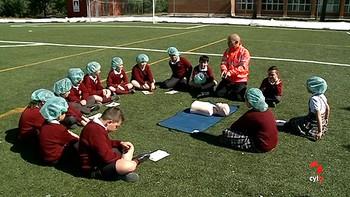 Los alumnos del Colegio de Nuestra Señora del Rosario de Valladolid aprenden la labor de los enfermeros