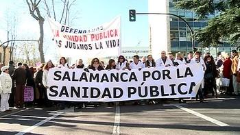 Más de 6.000 personas participan en la 'marea blanca' por la sanidad pública en Salamanca