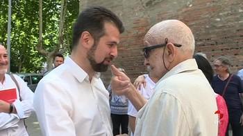 El PSOE rinde homenaje en Ponferrada al histórico José Álvarez de Paz en la presentación de su libro 'Nombres Propios'